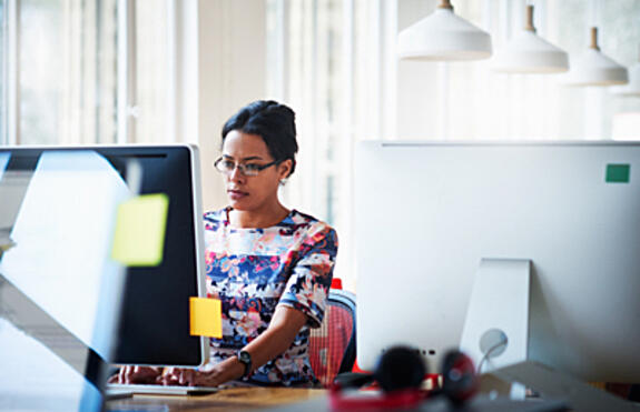 woman-looking-at-computer-serious-W-400x258